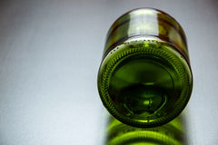 Bottiglia verde sulla tavola Fotografie Stock Libere da Diritti