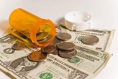 Bottiglia vuota della medicina con soldi fotografia stock