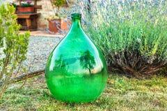 Bottiglia vuota di vino nel cortile di una casa in Toscana immagine stock