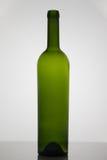 Bottiglia vuota di vino su fondo bianco Fotografie Stock