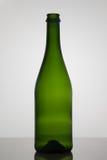 Bottiglia vuota di vino su fondo bianco Fotografia Stock