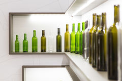 Bottiglia vuota di vino su un fondo bianco Fotografia Stock