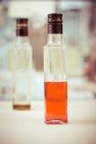 Bottiglia vuota a metà dello sciroppo Fotografie Stock