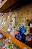 Bottiglie antiche su una mensola Immagini Stock Libere da Diritti