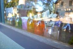 Bottiglie antiche sul davanzale della finestra Fotografia Stock