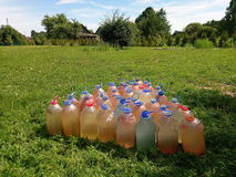 Bottiglie con acqua riscaldata in tempo soleggiato Fotografie Stock