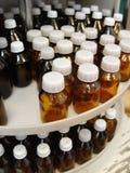 Bottiglie con con tappo a vite bianco per una medicina Fotografia Stock Libera da Diritti