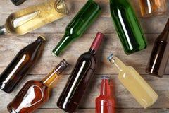 Bottiglie con differenti bevande alcoliche fotografia stock