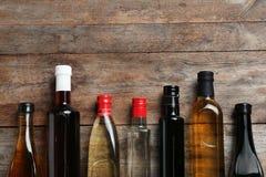 Bottiglie con differenti generi di aceto e di spazio per testo fotografie stock