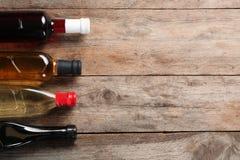 Bottiglie con differenti generi di aceto e di spazio per testo immagini stock libere da diritti