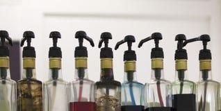 Bottiglie con gli sciroppi aromatici fotografie stock libere da diritti