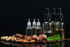 Bottiglie con i liquidi dei sapori matti per la sigaretta di e fotografia stock libera da diritti