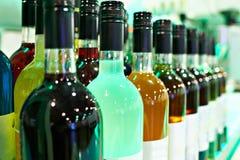 Bottiglie con i liquori nella barra del caffè Immagini Stock Libere da Diritti