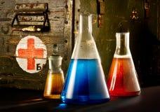 Bottiglie con liquido marrone-rosso blu Fotografie Stock