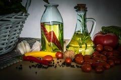 Bottiglie con olio condito fotografia stock libera da diritti