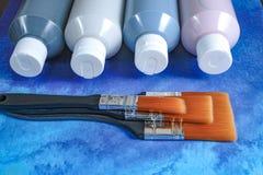 Bottiglie con pittura acrilica con le spazzole, fatto a mano, l'hobby e la decorazione Fotografie Stock Libere da Diritti