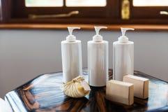 Bottiglie con sapone liquido o lozione alla stazione termale Immagini Stock