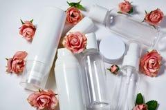 Bottiglie cosmetiche Benessere e raccolta di bottiglie della stazione termale con i fiori del parfume della molla Trattamento di  Fotografia Stock Libera da Diritti