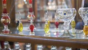 Bottiglie degli oli essenziali utilizzati in profumo che fa visualizzato in una fila archivi video