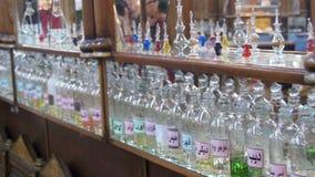 Bottiglie degli oli essenziali utilizzati in profumo che fa visualizzato in una fila video d archivio