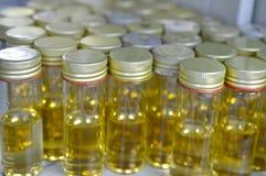 Bottiglie dei media per l'esperimento di microbiologia Immagine Stock