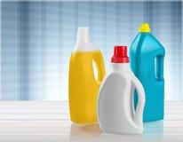 Bottiglie dei prodotti chimici di famiglia sulla tavola di legno Immagini Stock