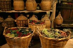 Bottiglie del Antiquarian con vino. fotografia stock