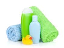 Bottiglie del bagno, asciugamano ed anatra della gomma Immagini Stock