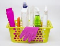 Bottiglie del canestro e della plastica di lavanderia con il detersivo isolato Fotografia Stock
