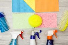 Bottiglie del detersivo, dei tovaglioli del microfiber di colore, della spugna sintetica e delle spazzole per pulire immagine stock libera da diritti