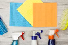 Bottiglie del detersivo, dei tovaglioli del microfiber di colore e delle spazzole sintetiche per pulire immagini stock libere da diritti