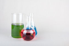 Bottiglie del laboratorio con liquido colorato Immagine Stock