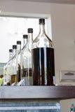Bottiglie del liquore su esposizione Fotografia Stock