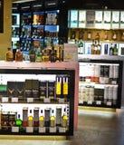 Bottiglie del liquore in una memoria esente da dazio Fotografie Stock Libere da Diritti
