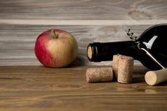 Bottiglie del sidro della pera e della mela con i frutti Alimento e concetto delle bevande Vista da sopra, colpo superiore dello  immagini stock libere da diritti