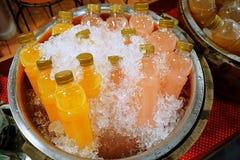 Bottiglie del succo della frutta fresca le bevande succo d'arancia dei rinfreschi ed il succo del litchi sono stati contenuti in  immagini stock