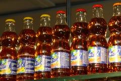Bottiglie del tè di ghiaccio di Nestea alla barra Fotografia Stock