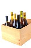 Bottiglie del vino del Chardonnay nel caso di legno fotografia stock libera da diritti