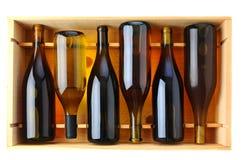 Bottiglie del vino del Chardonnay nel caso di legno fotografie stock libere da diritti