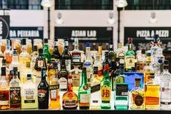 Bottiglie dell'alcool sulla bevanda Antivari del ristorante Immagine Stock Libera da Diritti