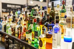 Bottiglie dell'alcool sulla bevanda Antivari del ristorante Fotografia Stock