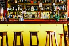 Bottiglie dell'alcool sulla bevanda Antivari del ristorante Fotografia Stock Libera da Diritti