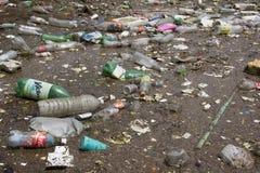 Bottiglie dell'animale domestico che galleggiano su un lago Fotografia Stock