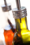 Bottiglie dell'olio di oliva e dell'olio del peperoncino rosso in ristorante Fotografie Stock