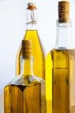 Bottiglie dell'olio di oliva su priorità bassa bianca Fotografie Stock Libere da Diritti