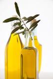 Bottiglie dell'olio di oliva su priorità bassa bianca Fotografie Stock