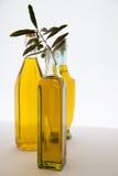 Bottiglie dell'olio di oliva su priorità bassa bianca Immagini Stock