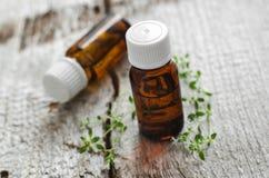 Bottiglie dell'olio essenziale del timo Fotografia Stock Libera da Diritti