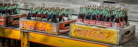 Bottiglie della coca-cola dell'annata fotografia stock