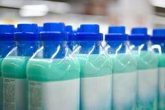 Bottiglie della lavanderia che risciacquano al deposito immagine stock libera da diritti
